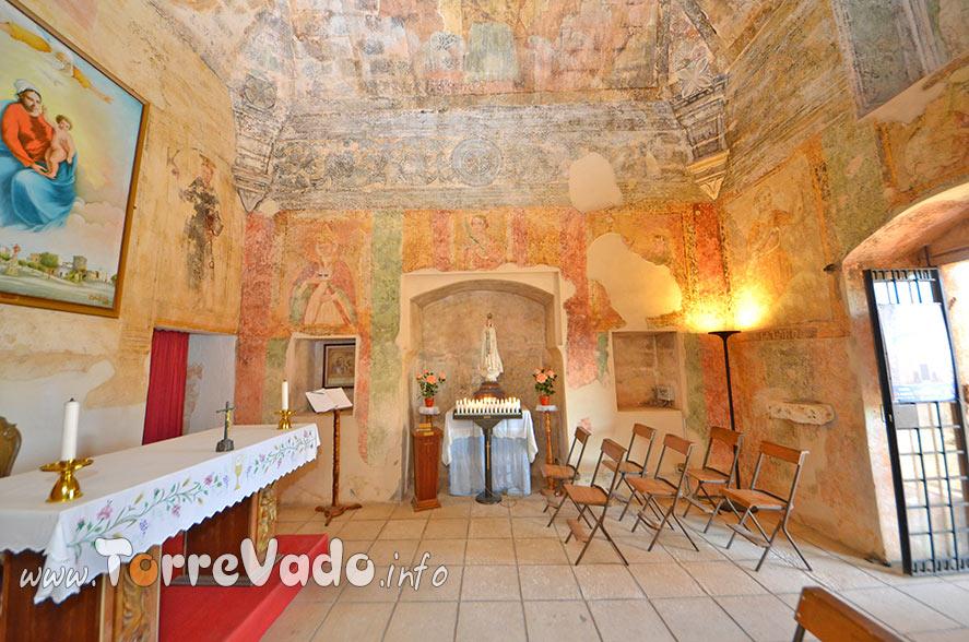 Interno chiesa leuca piccola affreschi
